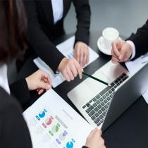 个体工商户,是由业主个人出资兴办,由业主自己直接经营。业主个人享有企业的全部经营所得,同时对企业的债务负有完全责任。个体企业一般规模较小,内部管理机构简单。