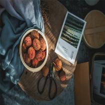 食品经营许可证是从事食品经营这行的通行证,前身是预包装食品经营许可证+餐饮许可证,虽然现在已经合二为一,但食品、餐饮行业经营者必须根据《食品经营许可管理办法》和当地的食品药品监督管理局相关规定统一取得。